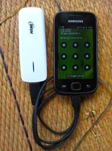 Sedang mengisi baterai menggunakan portable charger